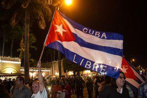 Cubanos americanos con bandera con logo Cuba Libre
