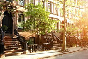 Calle de brownstones y árboles en Estados Unidos.