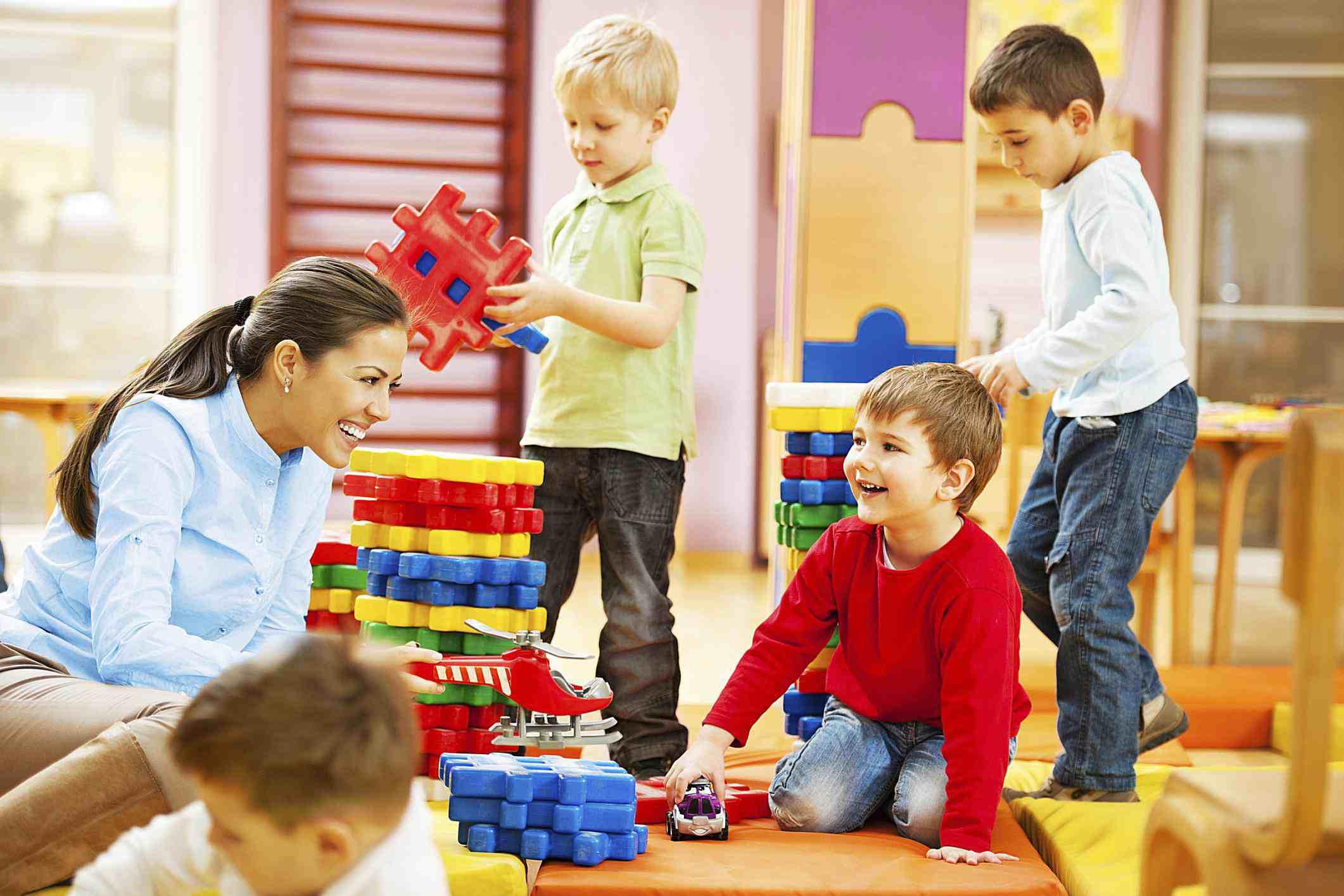 Niñera jugando con 4 niños