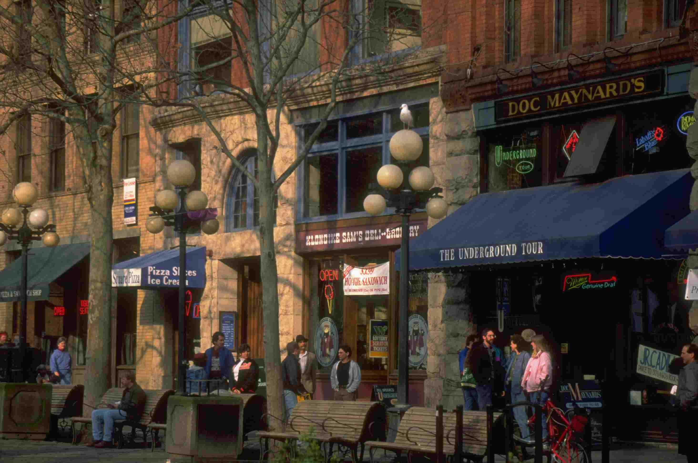 devantures de magasins de briques dans une rue bordée d'arbres urbains