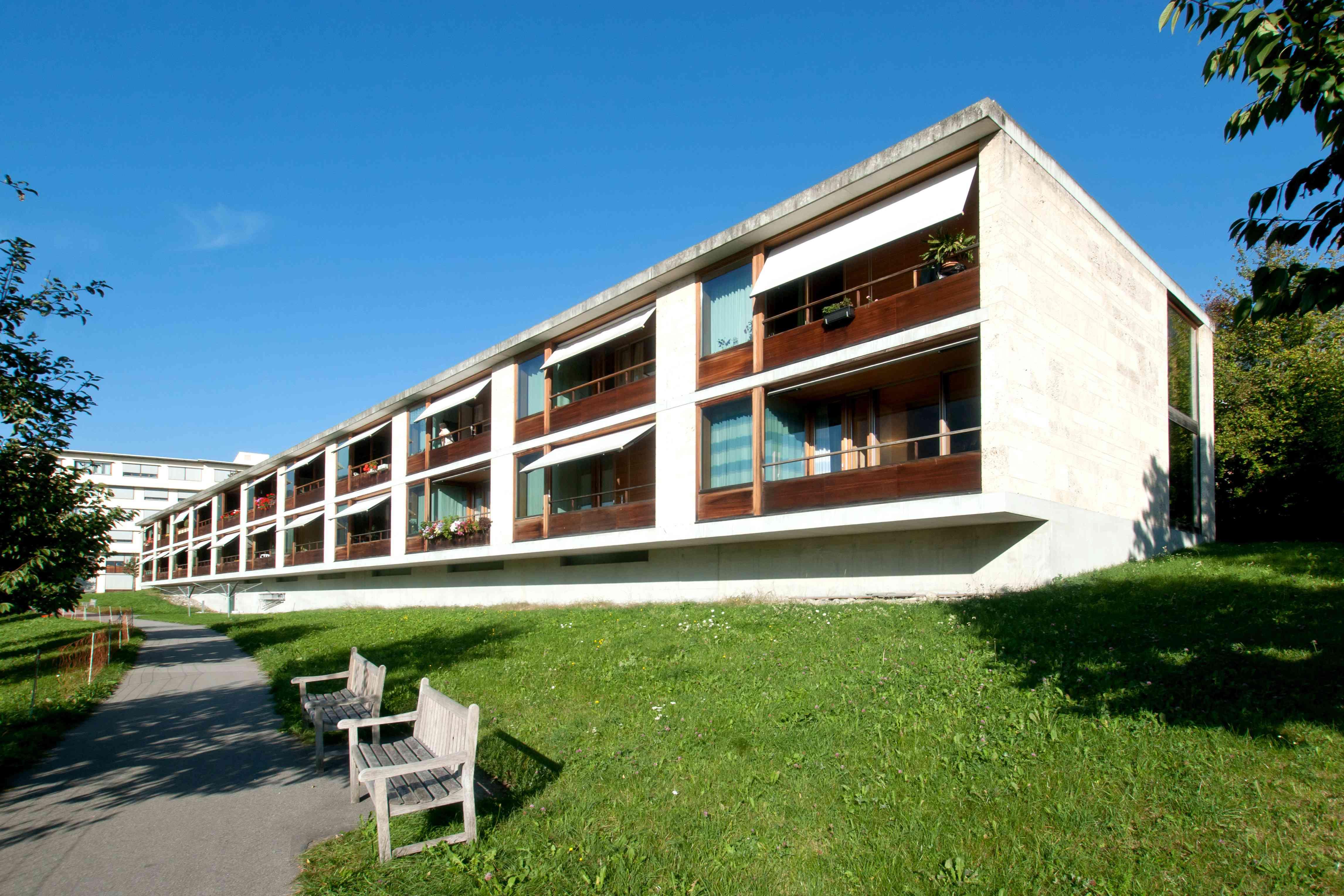 El perfil horizontal de dos pisos de poca altura de Wohnhaus für Betagte en Suiza