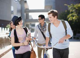 Grupo de estudiantes universitarios en campus.