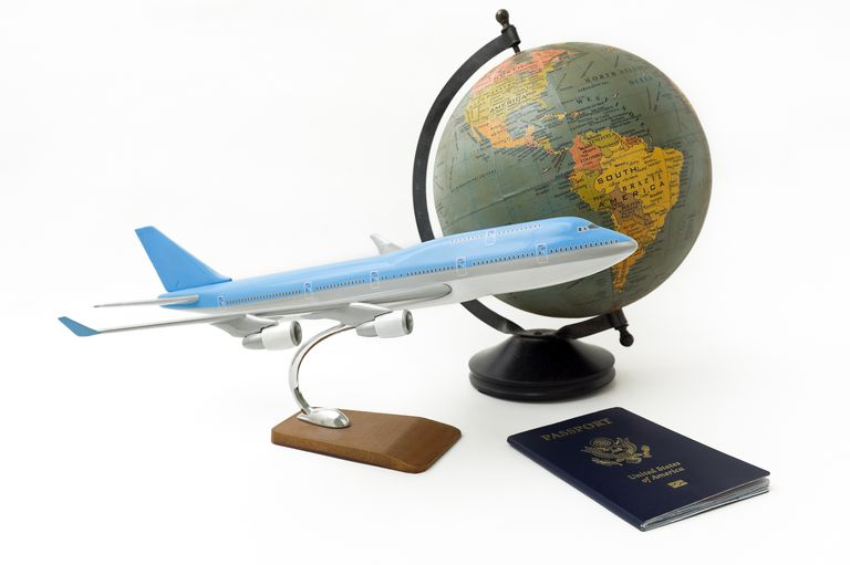 Maqueta de avión, globo terráqueo y pasaporte de EE.UU.