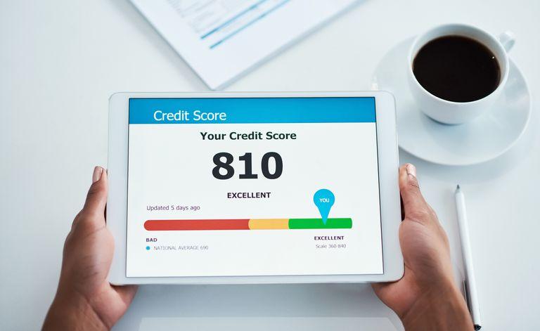 Mujer sujetando tableta mostrando puntaje de crédito