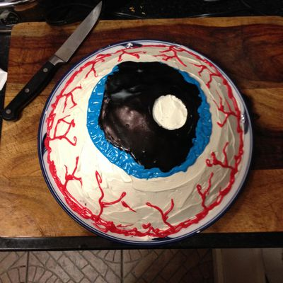 Decorate An Eyeball Cake Friends Celebrating Birthday