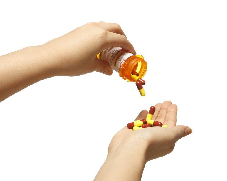 Tarro de píldoras médicas abierto.