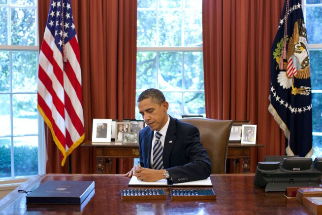 PresidentBarack Obama signs the Budget Control Act of 2011 in the Oval Office/
