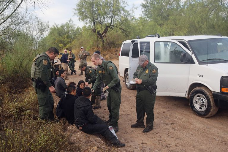 Patrulla fronteriza de los Estados Unidos deteniendo a migrantes