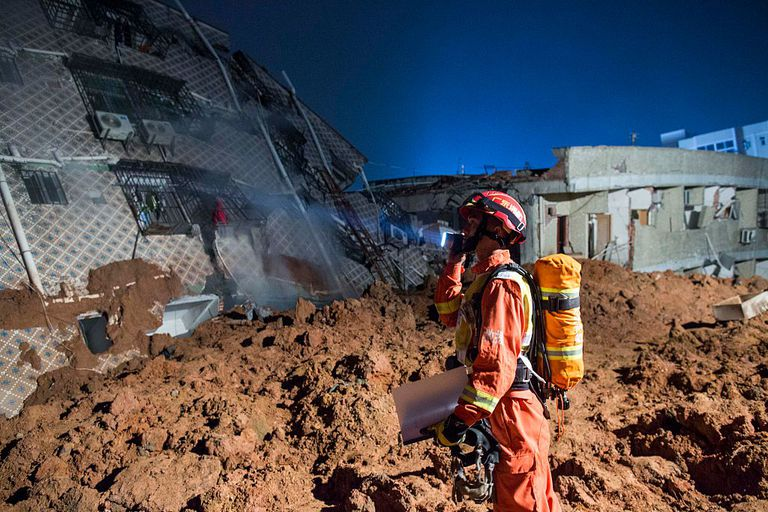 Landslide collapses building in southern China