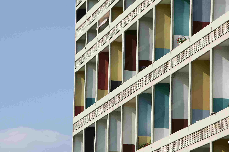 Bunte Innenwände im Le Corbusier Apartment House c.  1957 in Berlin