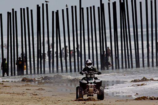 Agente de la Patrulla Fronteriza patrullando en la frontera entre EE.UU. y México.