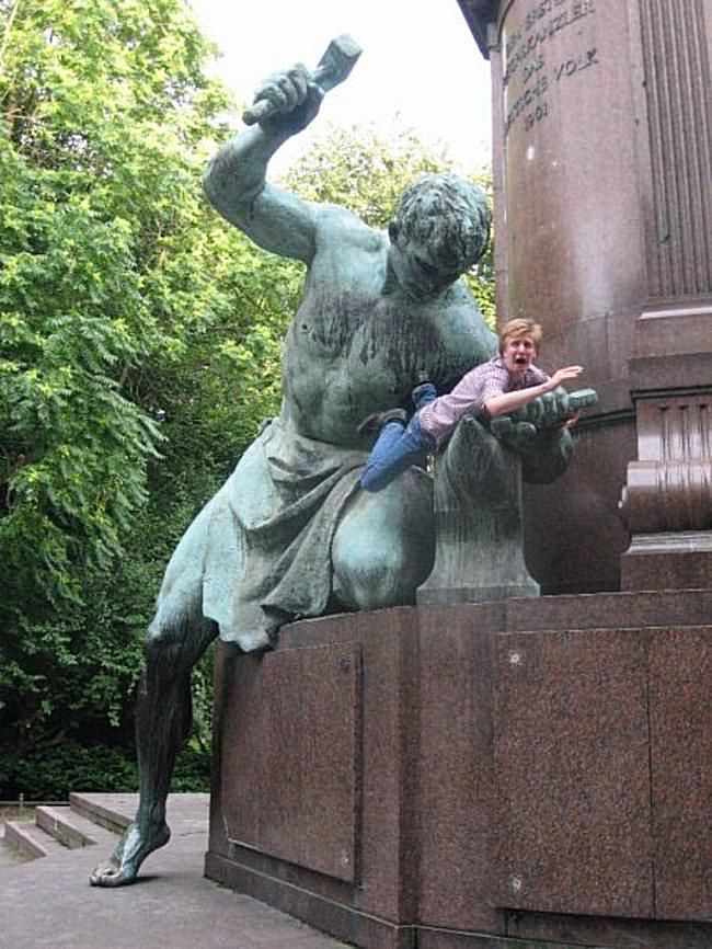 40 Hilarious Pics Of People Posing With Statues