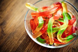 Moving gummies method with baking soda and vinegar