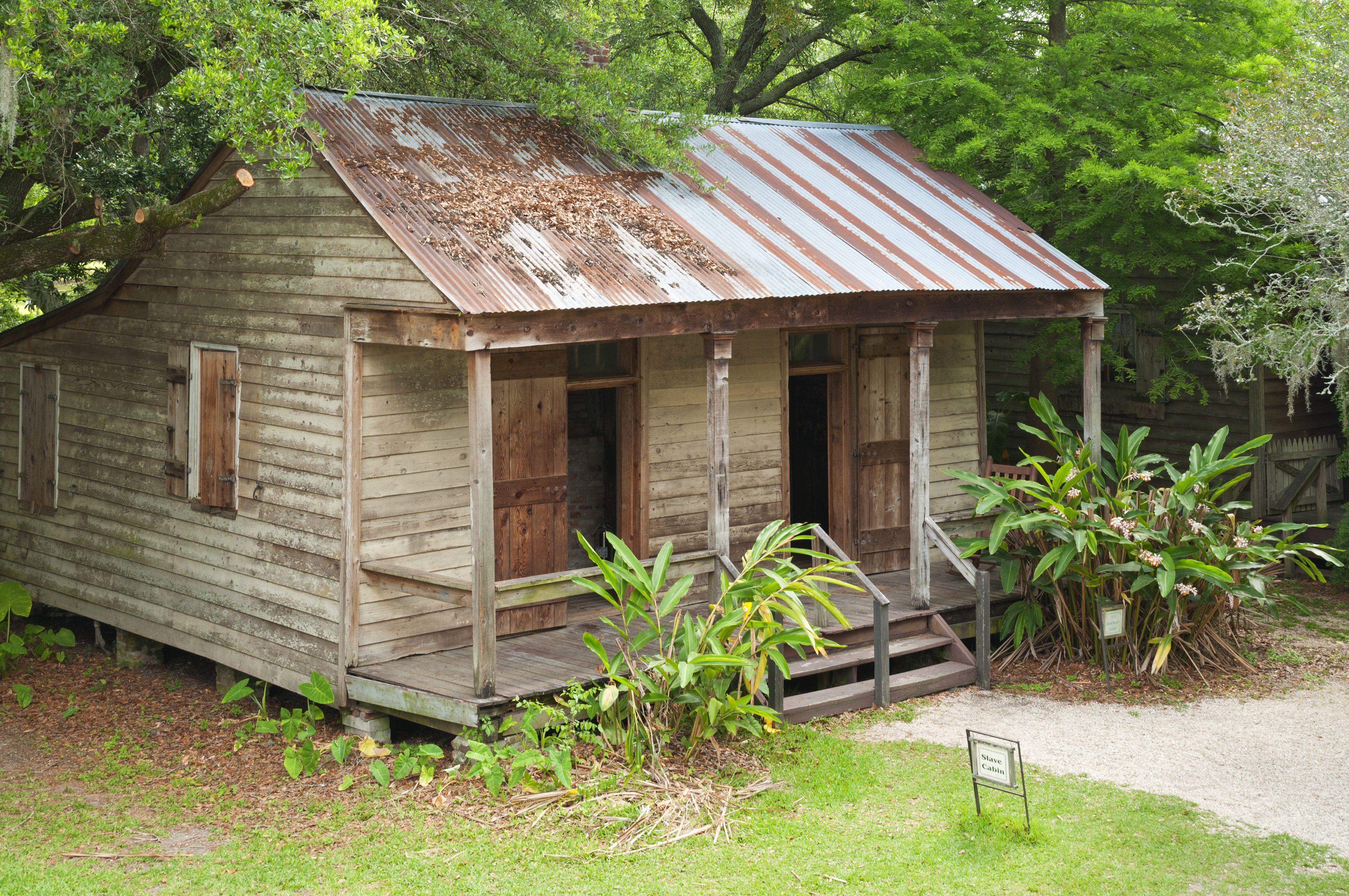 simple cabane en bois étages, toit en métal suspendu au-dessus porche avec des poteaux minces