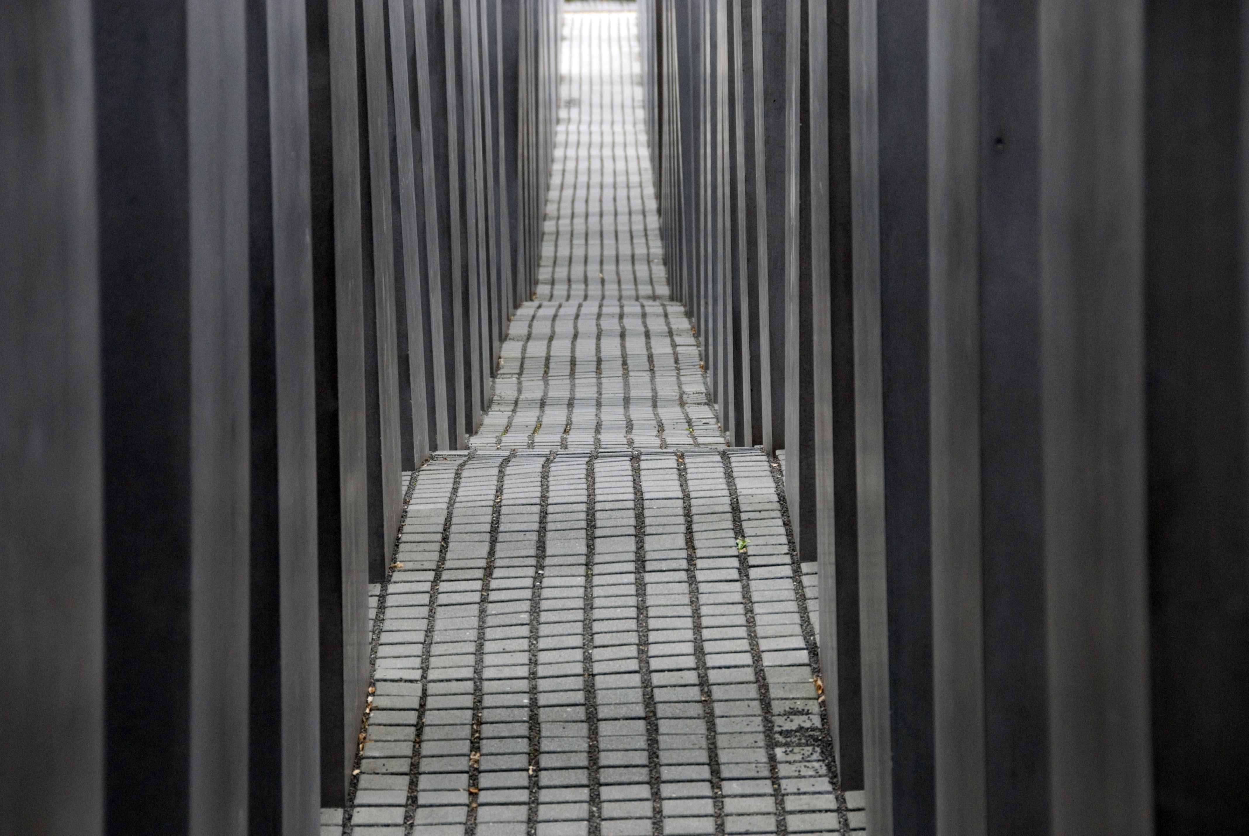 Un labyrinthe de passages du vent entre les dalles de pierre à Berlin Holocauste