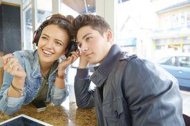 Teenagers listening to headphones es