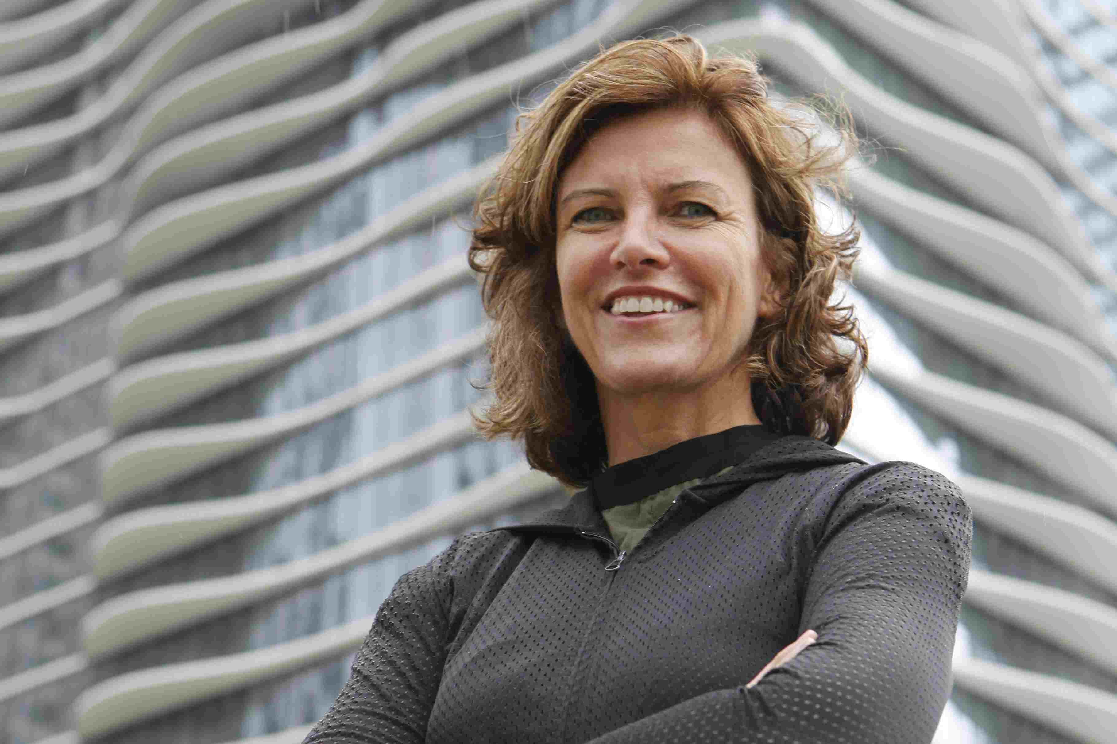 MacArhutr Boursier de la Fondation Jeanne Gang devant son gratte-ciel, Aqua Tower, à Chicago