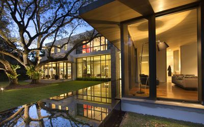 53a45045965 Modern House in Miami by Taylor   Taylor designed around trees and water