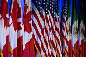 Banderas canadienses, americanas y mexicanas