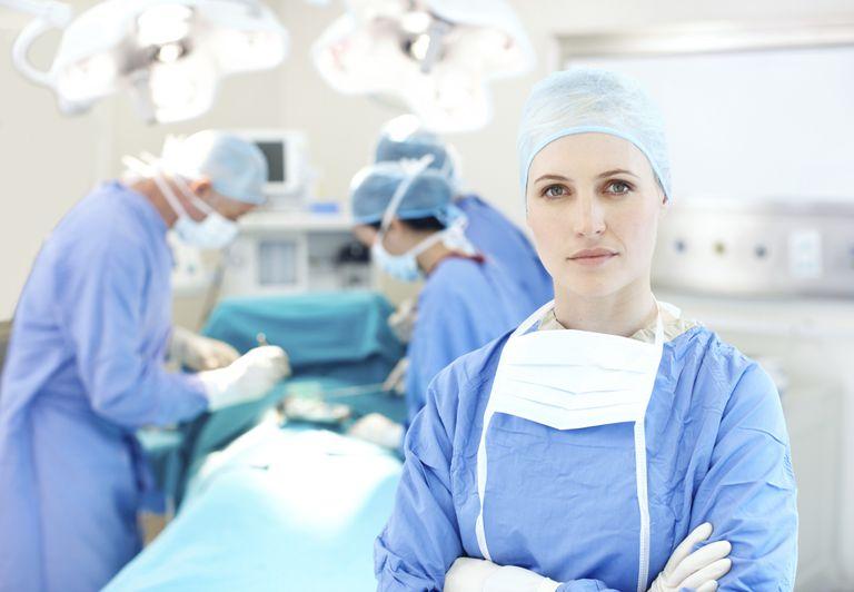 Personal médico en quirófano.