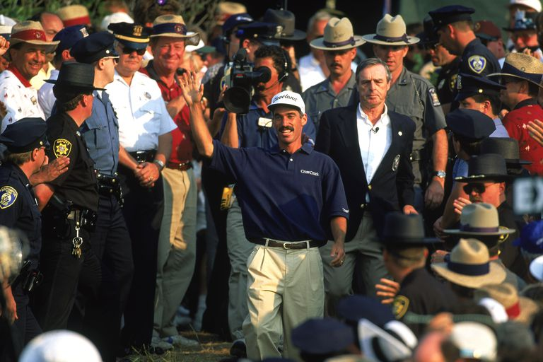 Corey Pavin acknowledges the crowd after victory in the US Open at Shinnecock Hills in Southampton, New York on June 18, 1995