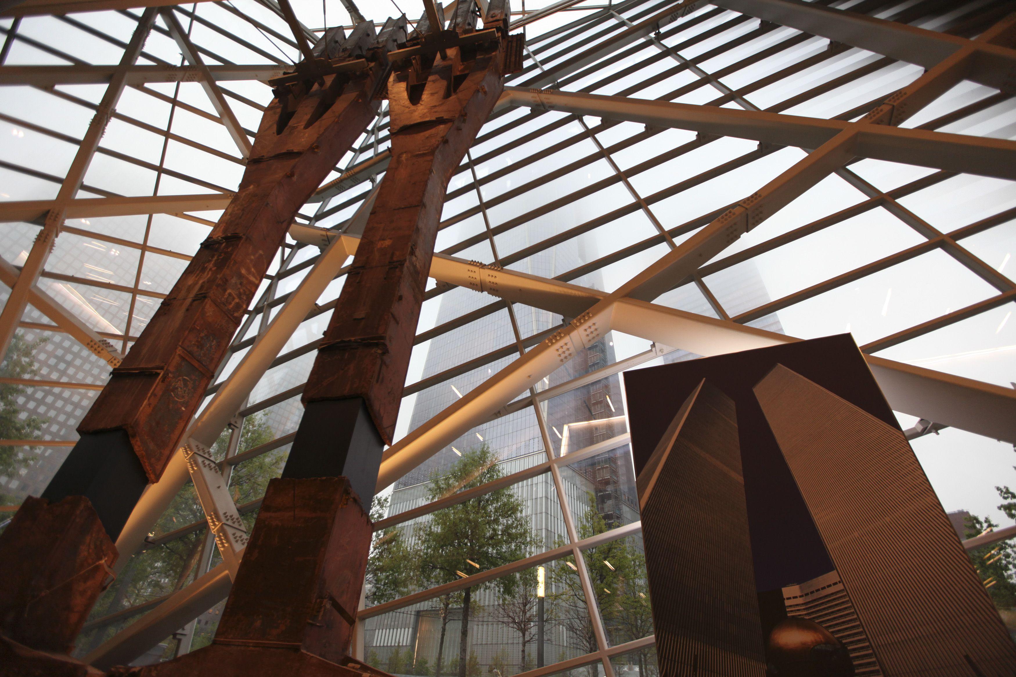 tridents des détruites de récupération des tours jumelles sont bien en vue à l'entrée du Musée National 11 Septembre Memorial