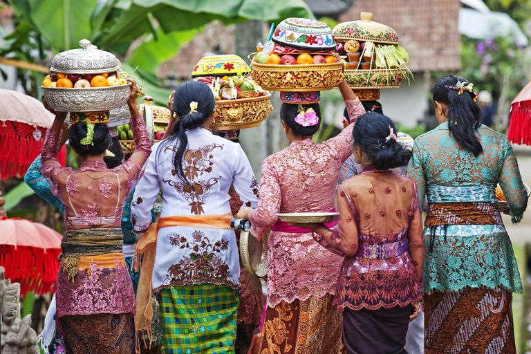 Women carry temple offerings