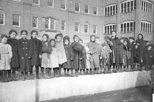 Children at Hull House, black and white photo taken in 1908.