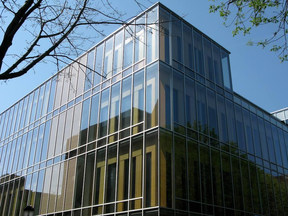 Cortina de cristal exterior, moderno educativa estructura similar a una caja