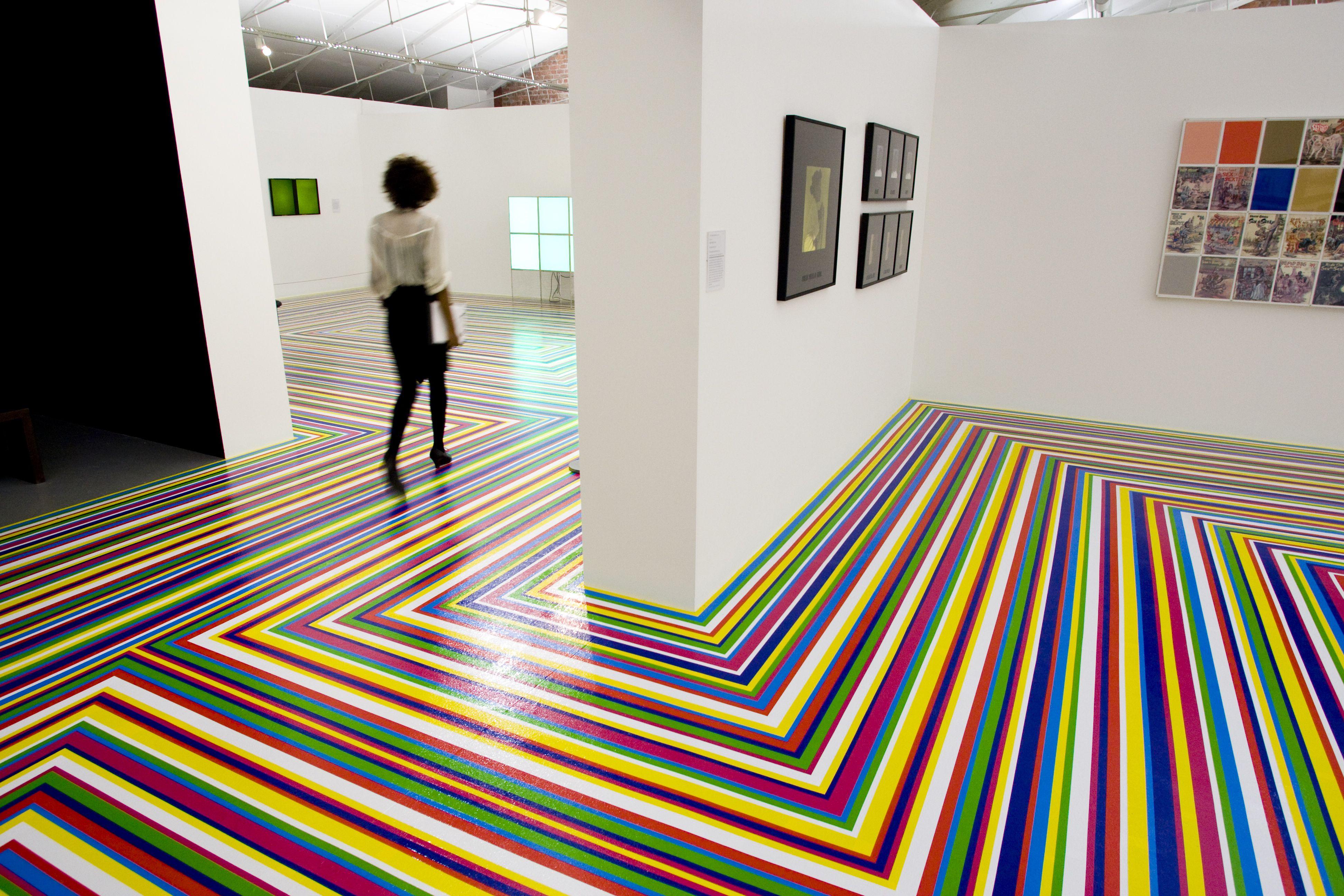 Zobop!  (2006) von Jim Lambie, einer in der Tate Liverpool ausgestellten Bodeninstallation, ist Teil von Color Chart: Reinventing Color, 1950 bis heute