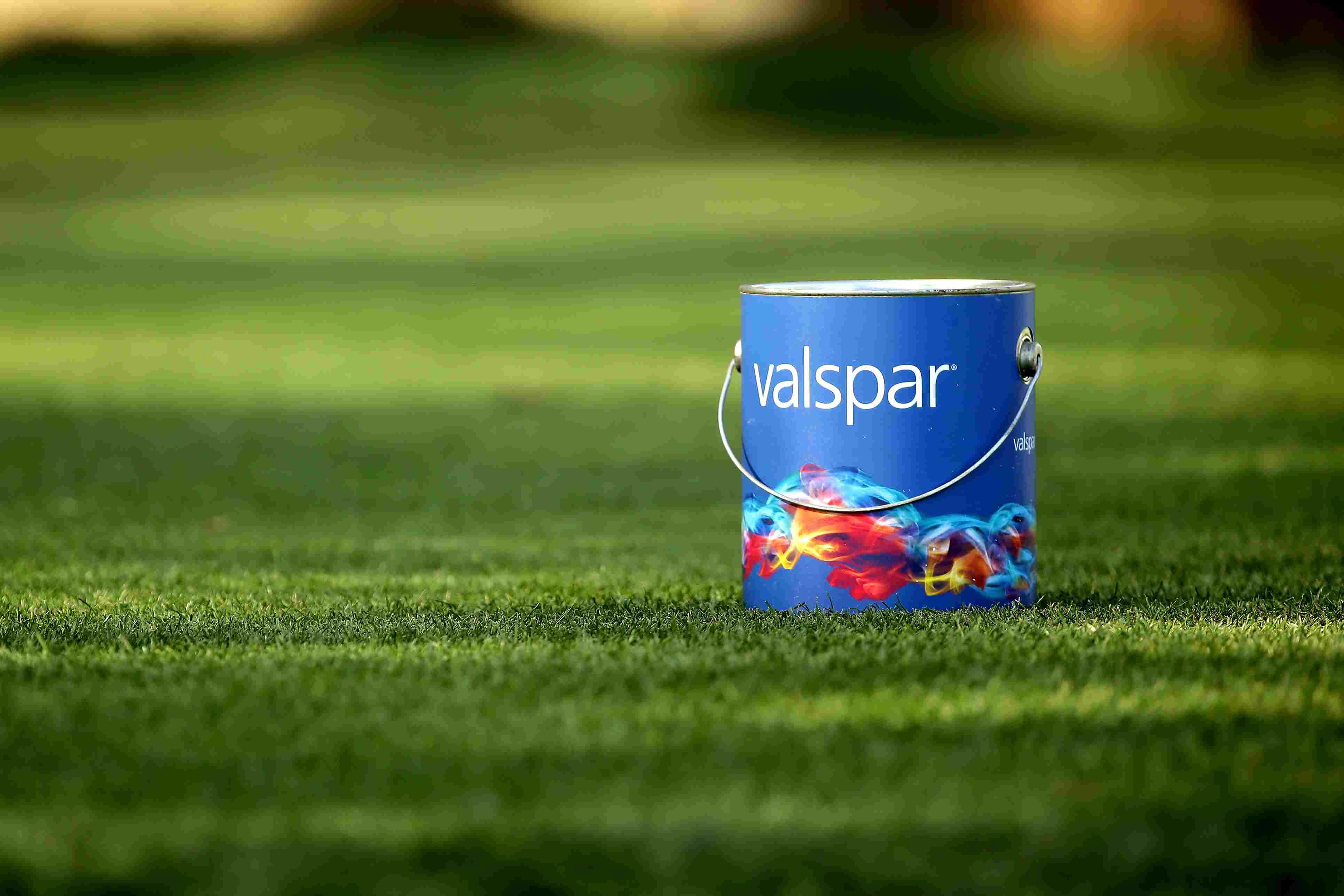 Nahaufnahme einer Valspar-Farbdose auf einem grünen Golfplatz