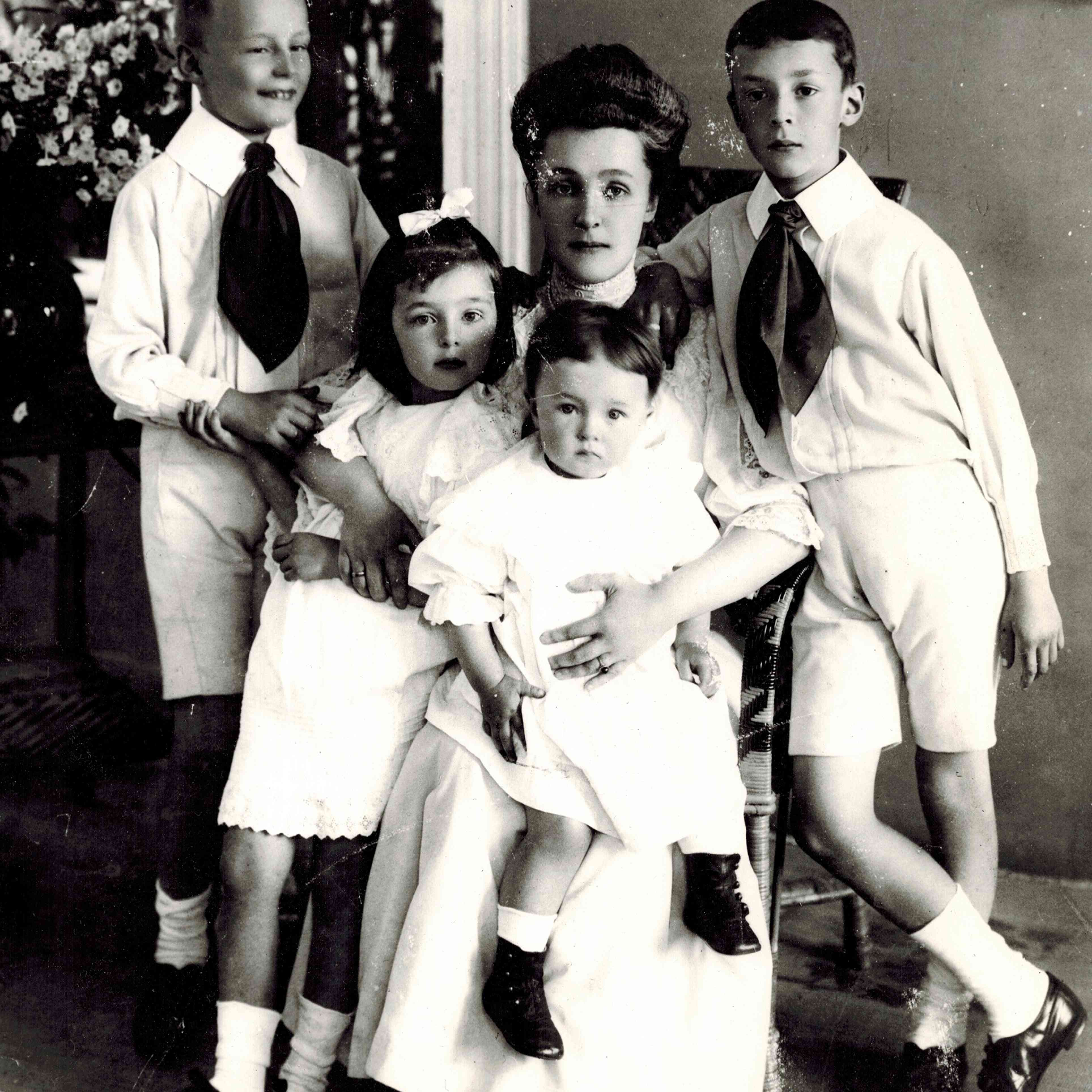 Elena Ivanovna Nabokova With Children Sergei, Olga, Elena And Vladimir