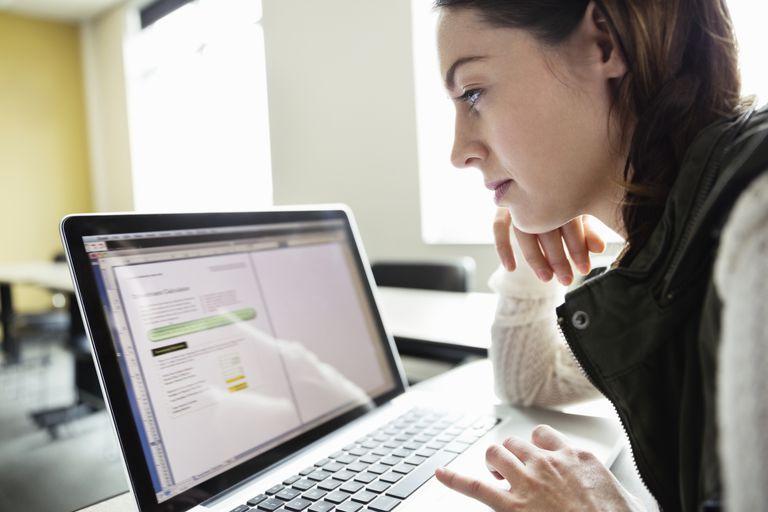 Muchacha buscando información en internet