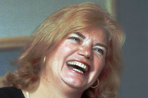 Molly Ivins laughing in 1986