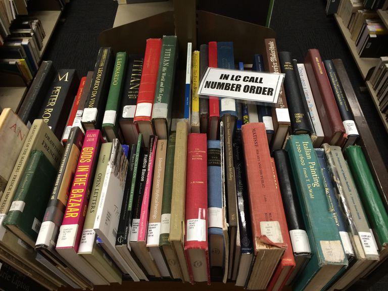 Libros en una biblioteca universitaria.