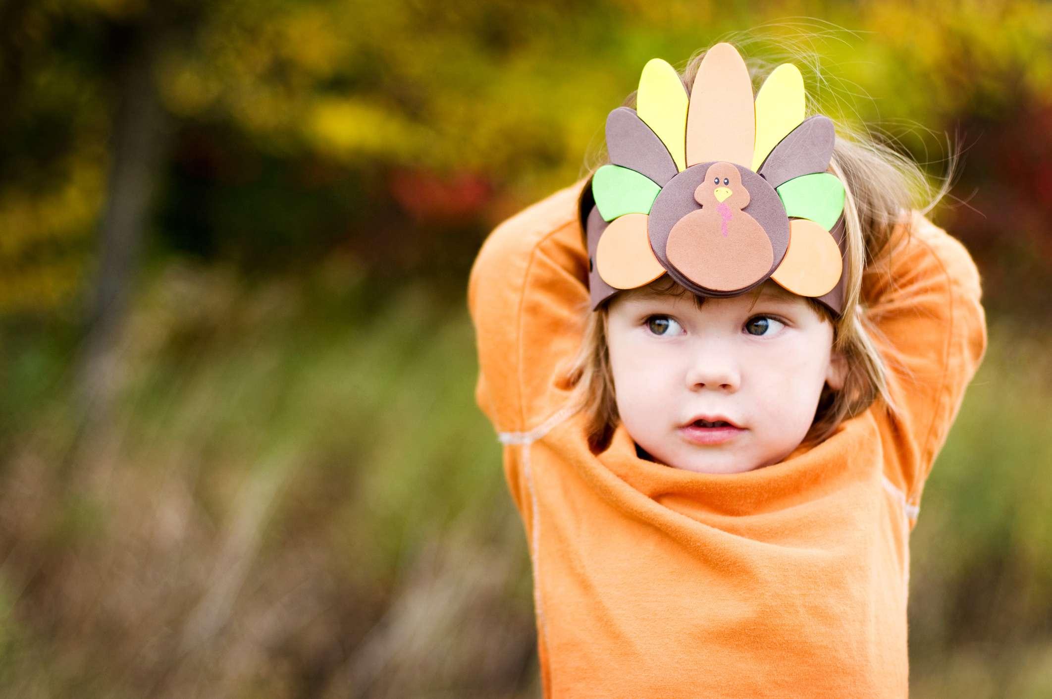 Ein Mädchen, das einen Thanksgiving-Truthahnkopfschmuck trägt