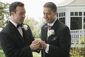 Dos varones contrayendo matrimonio.