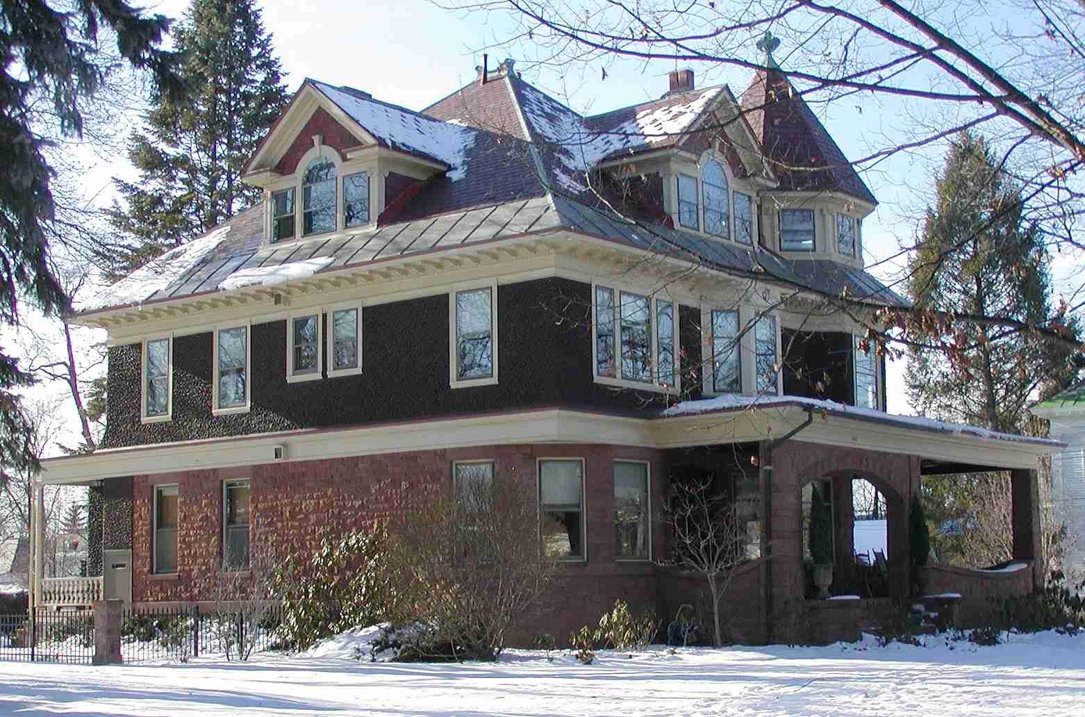 Maison Queen Anne avec des détails néo-colonial