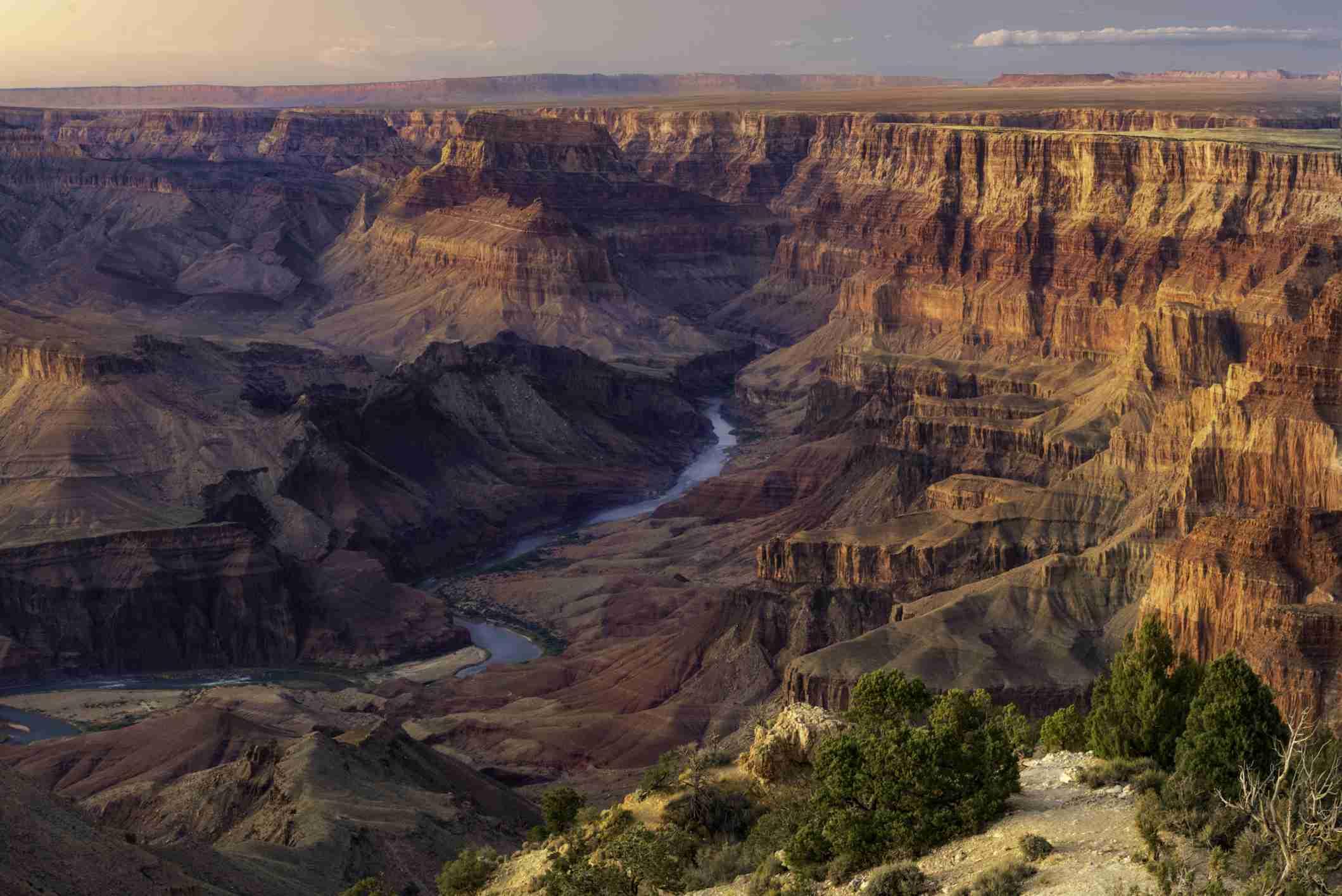 Bunter Sonnenuntergang mit Blick auf den Colorado River tief im Grand Canyon