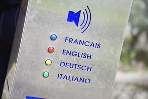 Speaker device in various languages.