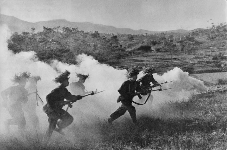 Japanese soldiers advance in 1940