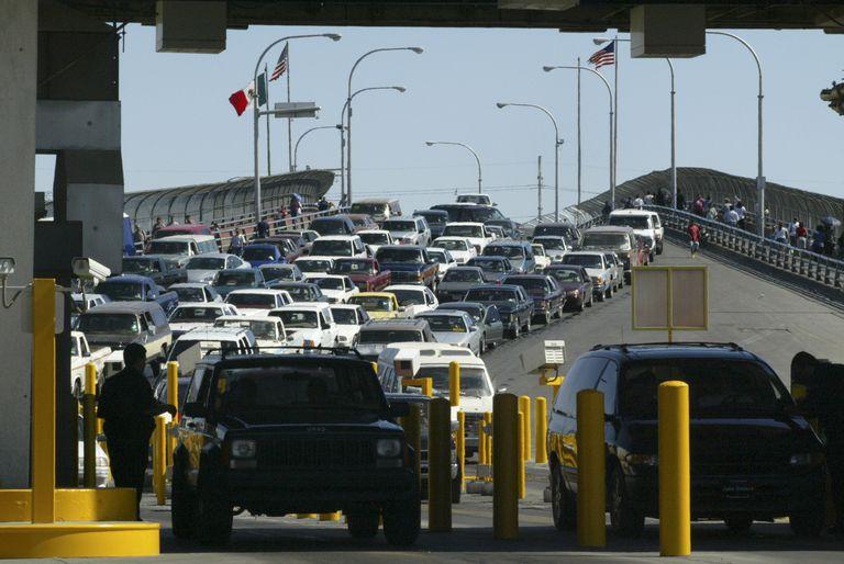 Tránsito en un puente de cruce entre EE.UU. y México