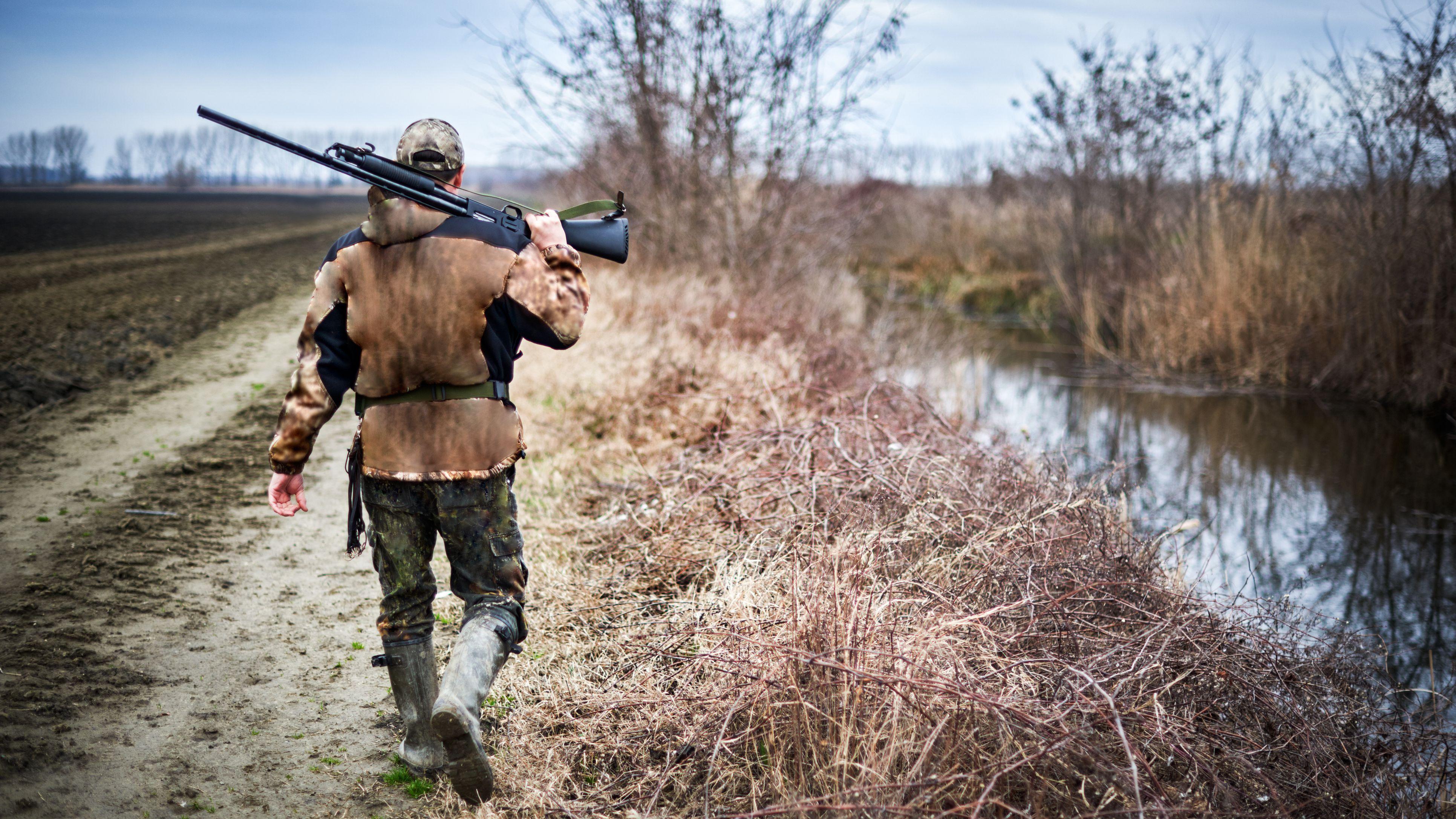 Što sve vole muškarci, prikaži slikom - Page 24 Hunter-with-rifle-628408440-589791a73df78caebc058906