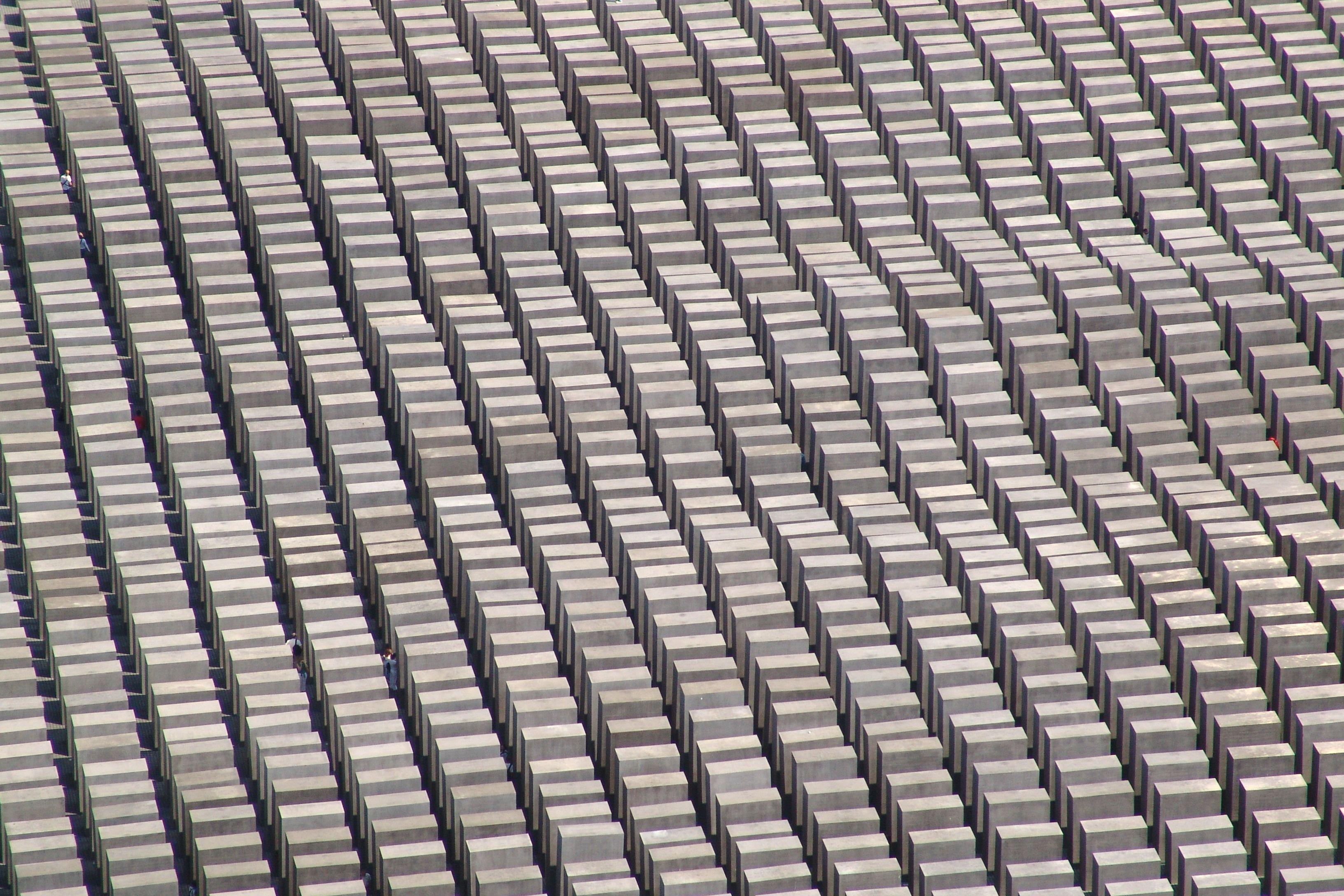 vue aérienne de mémoire, des centaines de formes semblables en apparence cercueil de différentes hauteurs, mais apparemment des longueurs semblables, formant des rangées lorsque alignés