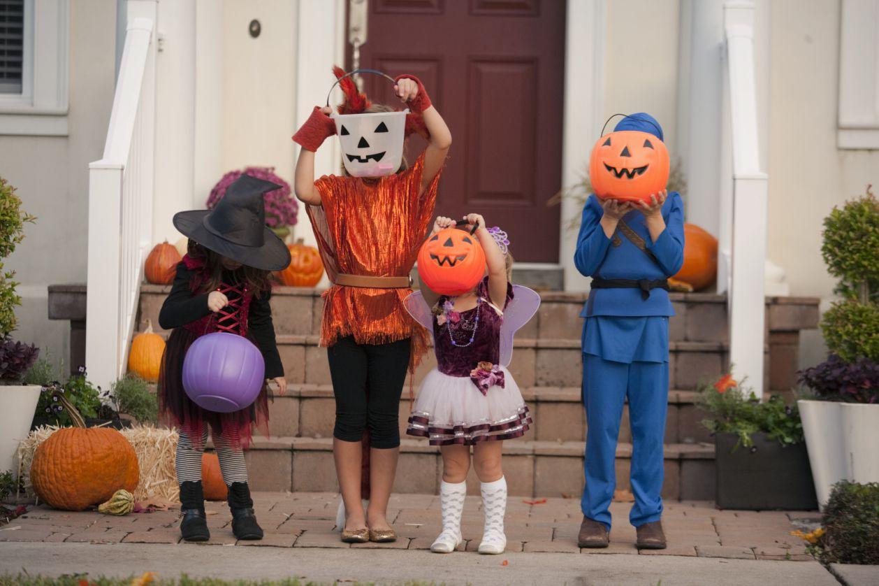ハロウィーンの衣装を着た子供たちのグループ。