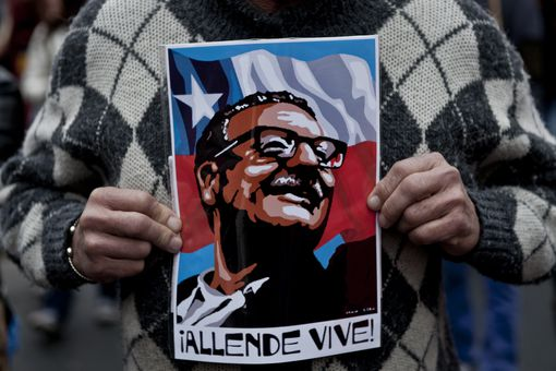 Chilean worker with Salvador Allende poster