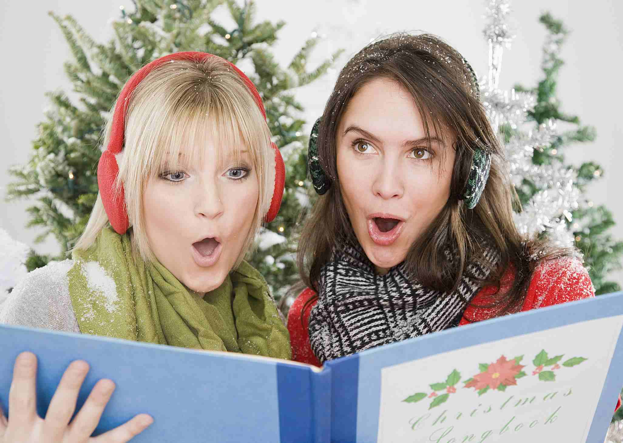 Caroling - Jamie Grill - GettyImages-88296090