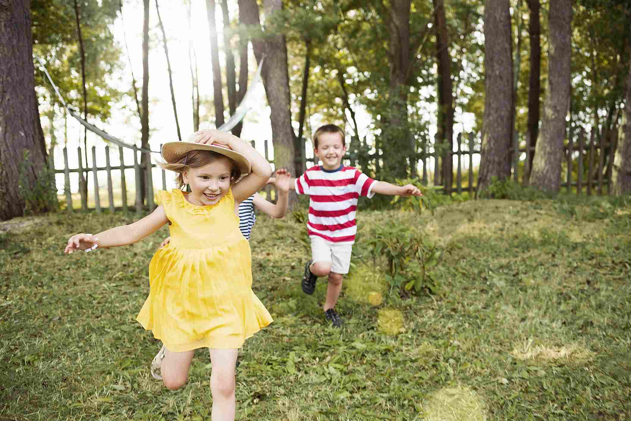 Niños corriendo en el patio de su casa