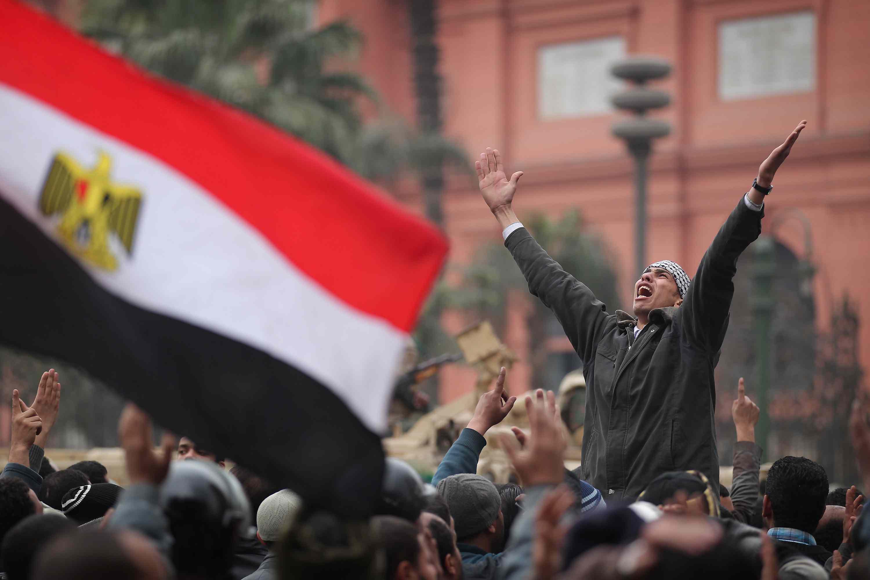 Els manifestants contra Mubarak continuen ocupant la plaça Tahrir, al Caire