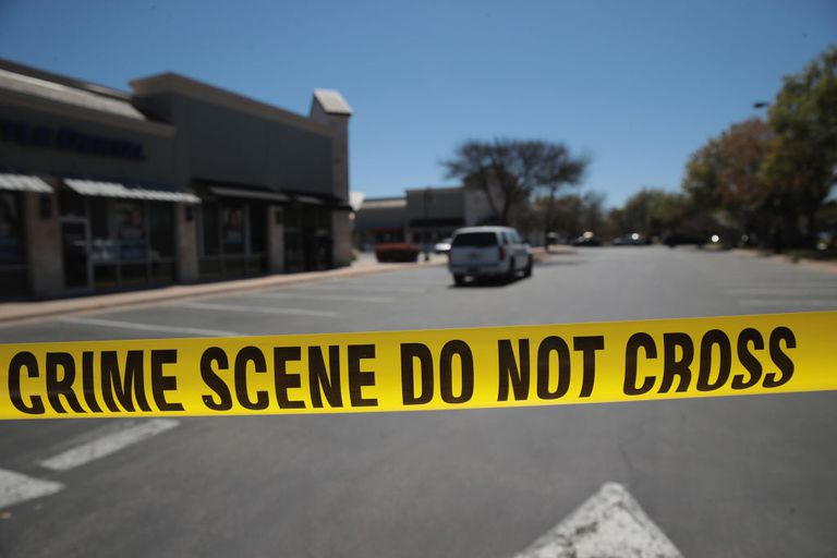 Cinta policial marcando escena de crimen